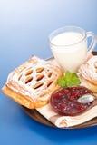 Den sura körsbärsröda tårtan, driftstopp och mjölkar royaltyfria bilder