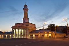 Den Susanin fyrkanten och brandtornet på natten Kostroma Arkivfoto
