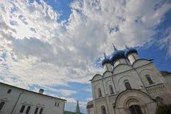 Den Suzdal Kreml med blåa kupoler Arkivbild