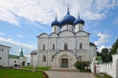 Den Suzdal Kreml med blåa kupoler Royaltyfri Foto