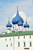 Den Suzdal Kreml med blåa kupoler Royaltyfria Bilder