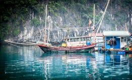 Sväva fiskebåt. Halong fjärd, Vietnam. royaltyfri fotografi