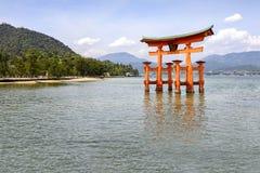 Den sväva toriiporten av den Itsukushima relikskrin, Japan Royaltyfri Fotografi