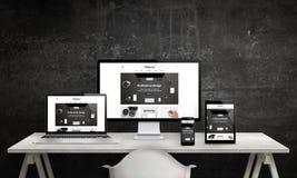 Den svars- webbplatsbefordran på datorskärm, bärbara datorn, minnestavla och ilar telefonen Royaltyfri Foto
