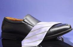 Den svart affären bemannar skor med lavendar srtipe hånglar tien Royaltyfri Foto