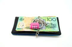 Den svart läderplånboken med låser och någon sedel Fotografering för Bildbyråer