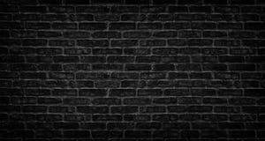 Den svart tegelstenv?ggen texturerar Gammalt stena kvartermurverket Mörk dyster bakgrund arkivfoto