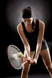 Den svart tenniskvinnahiten klumpa ihop sig med racket Fotografering för Bildbyråer