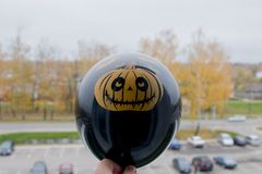 Den svarta ballongen med en pumpa drawnHalloween symbol Arkivbilder