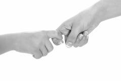 den svarta barnflickan hands vitt kvinnabarn Fotografering för Bildbyråer