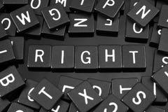 Den svarta bokstaven belägger med tegel att stava ordet & x22en; right& x22; arkivbilder