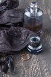 Den svarta damunderkläderuppsättningen, strumpor, snör åt upp korsetttättsittande halsband på tabellbakgrund Sexig kvinnaunderklä fotografering för bildbyråer