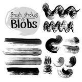 Den svarta färgpulvervektorn befläcker och slaglängder Vektoruppsättning av grungeborsteslaglängder stock illustrationer