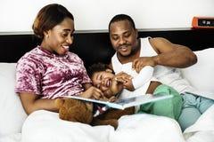 Den svarta familjen spenderar tid älskar tillsammans lycka arkivbild