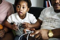 Den svarta familjen spenderar tid älskar tillsammans lycka royaltyfria foton