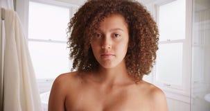 Den svarta flickan poserar för en stående i badrummet Royaltyfria Foton
