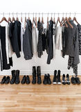 den svarta kläderkvinnlign shoes white Arkivfoton