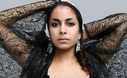 den svarta klänningen snör åt kvinnan royaltyfri bild