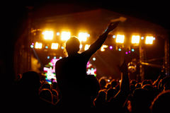 Den svarta konturn av unga flickan vaggar på konsert fotografering för bildbyråer