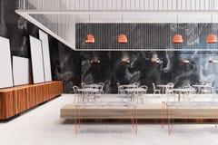 Den svarta marmorrestaurangen, affischer near väggsidan Royaltyfri Foto
