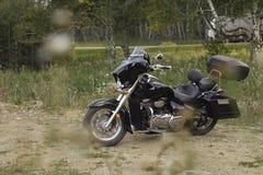 Den svarta motorcykeln drog av vägen för att vila Royaltyfri Foto