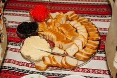 Den svarta och röda kaviaren tjänade som med smörgås på tabellen royaltyfri fotografi
