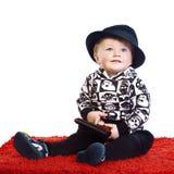 den svarta pojkehatten little sitter Royaltyfria Foton