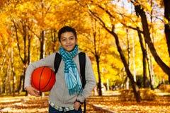 Den svarta pojken med bollen parkerar in Royaltyfri Fotografi