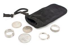 Den svarta sammetsäcken med silver ringer och mynt Royaltyfria Foton