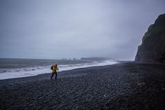 Den svarta sandstranden av Reynisfjara i Island Royaltyfri Fotografi
