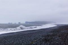 Den svarta sandstranden av Reynisfjara i Island Arkivfoton