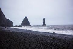 Den svarta sandstranden av Reynisfjara i Island Royaltyfria Bilder