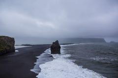 Den svarta sandstranden av Reynisfjara i Island Royaltyfri Foto