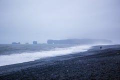Den svarta sandstranden av Reynisfjara i Island Arkivbilder