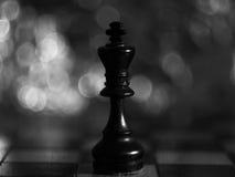 Den svarta schackkonungen med stor bakgrund royaltyfria foton
