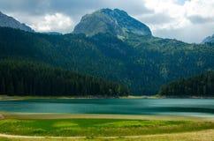 Den svarta sjön, vaggar Bobotov Kuk, den Durmitor nationalparken, Montenegro royaltyfri fotografi