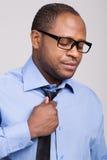 Den svarta stiliga mannen ser besviken fotografering för bildbyråer