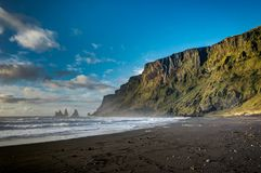 Den svarta stranden och Hav-buntar i Vik Iceland med berg vinkar a arkivfoton