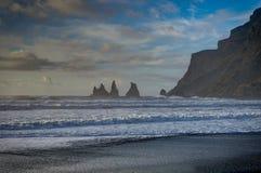 Den svarta stranden och Hav-buntar i Vik Iceland med berg vinkar a arkivbilder