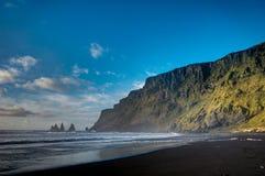 Den svarta stranden och Hav-buntar i Vik Iceland med berg vinkar a arkivfoto