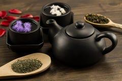Den svarta tekannan, två koppar, tesamling, blommar Fotografering för Bildbyråer