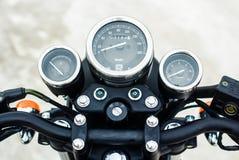 Den svarta visartavlan visar hastigheten av en tappningmotorcykel Arkivfoton