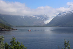 Den Svartisen glaciären med resning fördunklar i Norge Royaltyfri Foto