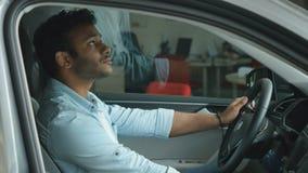 Den svartmuskiga grabben kontrollerar en lyxig bil från inre lager videofilmer