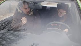 Den svartsjuka frun möter en privat kriminalare i bilen Kriminalaren ger kunden med tecken av förräderit till lager videofilmer