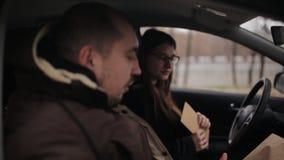Den svartsjuka frun möter en privat kriminalare i bilen Kriminalaren ger kunden med tecken av förräderit till stock video