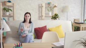 Den svartsjuka frun ser i hemlighet i hennes makes bärbar dator arkivfilmer
