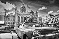 Den svartvita bilden av den klassiska amerikanen parkerade framme av Royaltyfria Foton