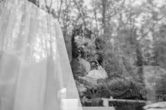 Den svartvita bilden av en ung moder och behandla som ett barn Fotografering för Bildbyråer