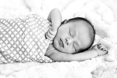 Den svartvita bilden av nytt behandla som ett barn att sova som slås in i kontrollerad w Royaltyfria Foton